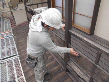 下屋にある木製バルコニーのケレン