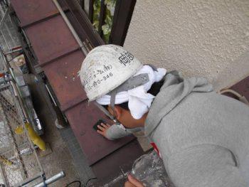 鉄部トタン下屋根の錆落としも「ケレン作業」です
