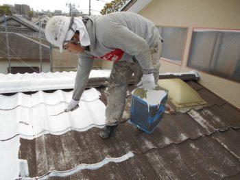 屋根の下塗り塗料は「水性クールタイトシーラー」です。 遮熱塗料専用の下塗り材なので、真っ白です。