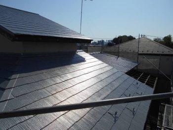 コロニアル屋根部分から見ると、奥にU瓦屋根部分が見えます。 水性クールタイトシリコン(CLR-106)の塗装後です。
