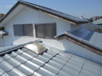 屋根の上に一部外壁が有るので、屋根の上塗り前にこの部分の外壁を仕上げます。