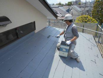 コロニアル屋根部分の上塗り 遮熱塗料+色もグレーに変更しているので夏の暑さは軽減されます。