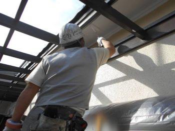 波板屋根を取ったので、その上に隠れていた軒裏も塗れるようになりました