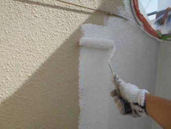 サーフェーサー系の塗料なので、細かいヒビも埋めながら塗って行きます