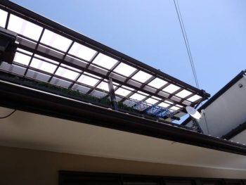白く綺麗になった波板屋根の貼り替え後