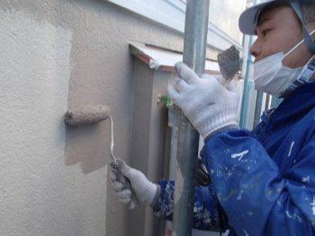K様邸はツートンカラーの2色の外壁色で塗っています。 1階の西面などは日本ペイントパーフェクトトップのSR-109色で塗りました。