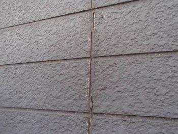 外壁の目地の劣化部分です。 ここが主な雨漏りの原因ではないか?と予想しています。