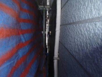 お隣のおうちも雨漏りをしているとのことで、 隣接する面にもブルーシートで養生をしました。 (ブルーシートがシマシマなのは、どこかの現場でスプレーをした時の養生に使っていた為です)
