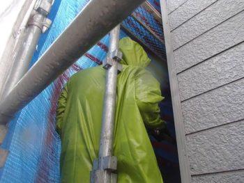 洗浄は塗装と異なり水がかなり飛び散る恐れもあります。 作業日前にはご近隣にチラシでアナウンスを行いますが、さらにブルーシートで養生すれば安心して作業を行うことができます。