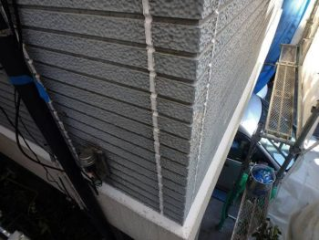 シーリング工事を行う場所その② 外壁の角にもあります。 サイディングパネルの板と角にある部材(同質役物)との隙間。
