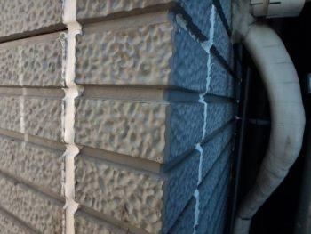 サイディング外壁のパネルの継ぎ目は、このようにシール材で隙間を埋めないと雨が下地に漏ってしまいます。