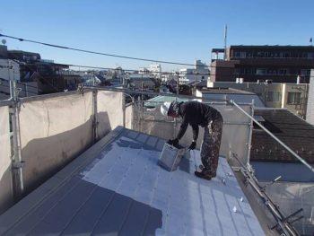 屋根塗装 中塗り 白い下塗りの上に、グレーの上塗り1回目(中塗りのこと)を塗って行きます。