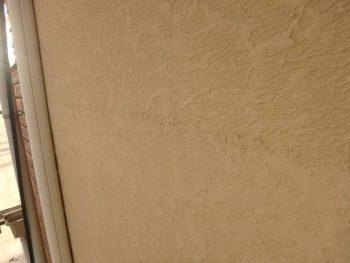 新築工事の時に外壁のパターンを付けた際に出来た足場の上下の「継ぎ目」が、近くに行くと分かってしまいます。 写真の上下半分辺りに線のようになって見える部分が継ぎ目です。