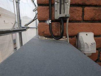 バルコニー手すり笠木と外壁との接続部分のコーキングが劣化して無くなリかけています。 工事中に埋めるようにします。