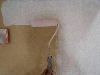 外壁下塗り ミラクシーラーエコは、乳白色の浸みこむ形の下塗り材です。(透明の外壁下塗り ミラクシーラーエコもあります)