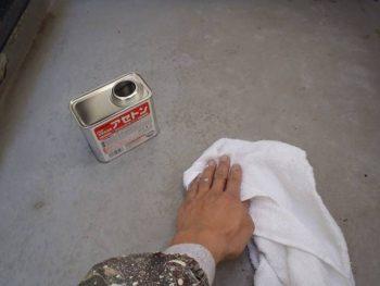 続いてアセトンを染み込ませた雑巾で下地をよく拭きます。