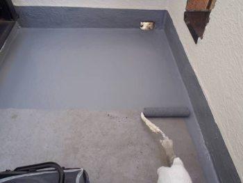 しっかり下地処理をしたら防水塗装を1回塗り。