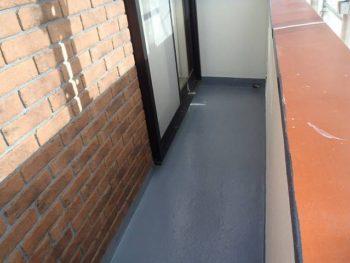 施工後の防水層です。 手すりもこれから塗装するのですが、この場所を塗装する際跨ぎますので、まだ手をつけていません。