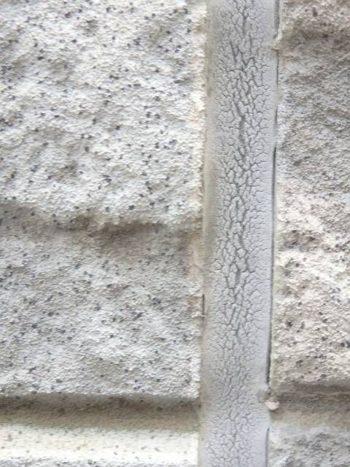 その他の部分のシーリングの劣化はこの程度。 表面はヒビ割れていて、劣化が進行しているが分かります。