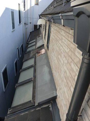 下屋根のトップライトと、その上の板金です。 雨樋の漏水の雨音防止で雑巾が敷いてあります。