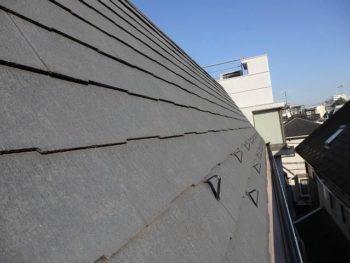 H様の屋根に付いている雪止めは、あまり雪止の効果が薄い形状のものが付いていました。 この屋根に一般の屋根塗料を塗ると、滑りが良くなってしまいます。
