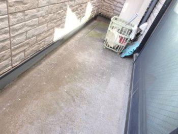 バルコニーの床の防水は【FRP防水】と言います。 FRPとは【繊維強化プラスチック=Fiber Reinforced Plastics】の略称です。 軽いが脆いプラスチックに、ガラスなどの繊維を混ぜることによって弾性を増し、軽さはそのままで強度を加えた素材です。