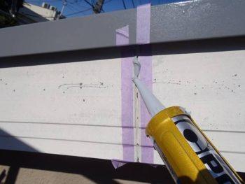 破風板は目地をシーリング(打ち増し)していきます。 テープで養生をして、充填。