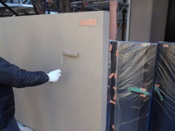 塀塗装 ローラー使用 上塗り