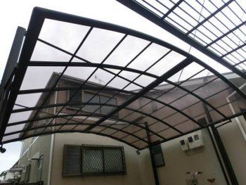 交換して新しくなったカーポートの屋根です。奥に見える家の外壁も綺麗になったのが分かります。