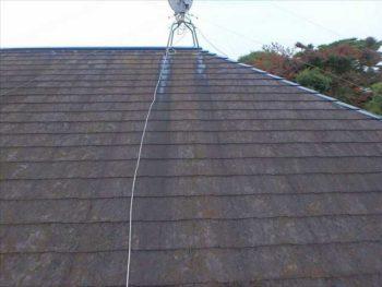 屋根の塗膜が劣化しているのがわかります。