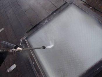出窓を洗浄中。