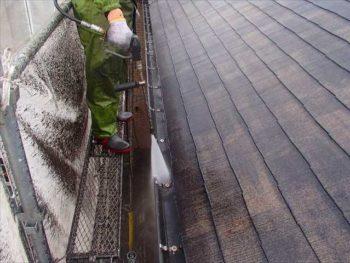雨樋の汚れがネットにも飛び散っています。 凄い汚れ、ですね。