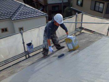 屋根の上塗り中です。上から丁寧に塗装していきます。