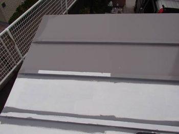 既に鉄部用のサビ止め(白サビ色)を塗布している屋根にクールタイトを塗布。 あらかじめ端など細部をハケで塗装しています。