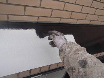 トタンの出窓屋根を塗装中