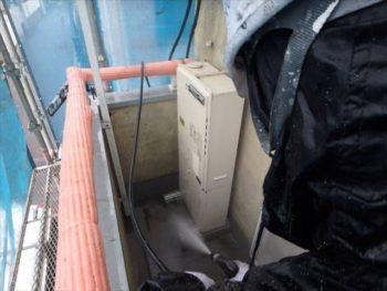 外壁を洗浄中。