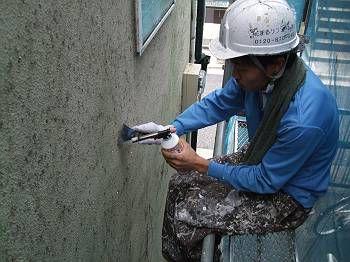 外壁もツタを撤去して、下地を綺麗にします。 皮すきとバーナーを使って処理しているところ。 下地に根が入り込んでいるので時間を要します。