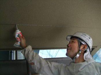 外壁のクラックを処理します。(車庫天井)
