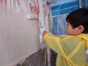 作業後、ご希望であればローラーで塗りつぶす作業も 体験できます! 長男くんが夢中になって参加してくれました! 作業中やお絵かきの完成後は記念撮影等を行っています。