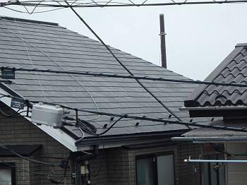 施工前の屋根は年数相応の退色が見られます。