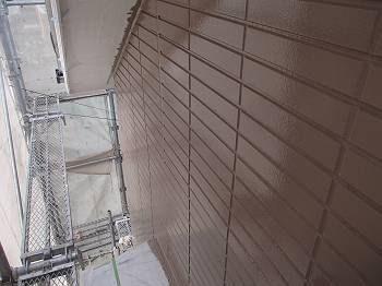 タイル状の外壁は凹凸が激しいですが、丁寧に塗装されています。