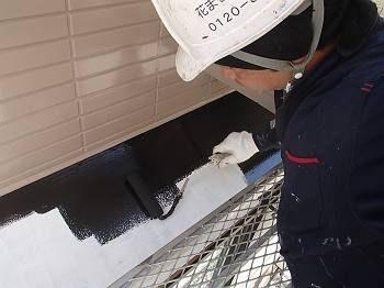 トタンヒサシの塗装です。 錆止めには「白」を使っています。