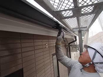 雨樋(横樋)を塗装しています。 雨樋は刷毛で塗っています。