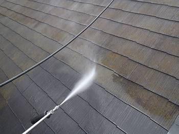屋根の洗浄中の様子です。