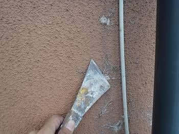 塗装前に外壁のツタ撤去を行いました。 根がある程度取れたら、細かい部分をバーナーで焼き落とします。 ツタは下地表面に吸盤状に根を張る為、 完璧には落とせませんが、 できるだけ平らにすることで、塗装後の仕上がりも良くなります。