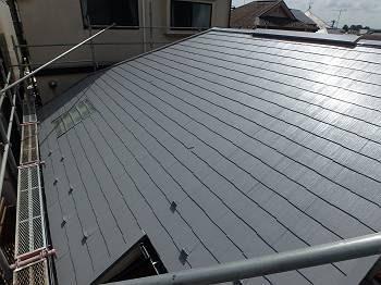施工後の屋根の様子です。 遮熱塗料で反射し光り輝いています。