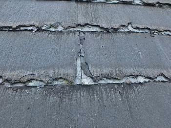 施工前の屋根。 かなり傷んでいます。