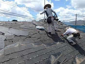 本日より着工。さっそく既存屋根【ニチハ:パミール】の撤去に取り掛かります。