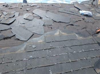 屋根を剥がすと、下には黒い「アスファルトルーフィング」が敷いてあります。 屋根の雨漏りを防いでいるのは、屋根材だけでなくルーフィングと共に2重の防水になっているのです。