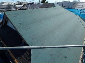 屋根工事の4日目です。 これまでの3日間で古い屋根を撤去し、新しい屋根の下地(アスファルトルーフィング)を張る所まで出来ました。
